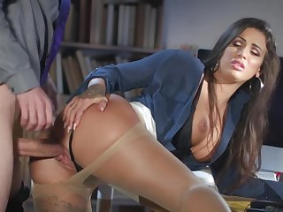 Milf gets laid at the meeting with the new tramp
